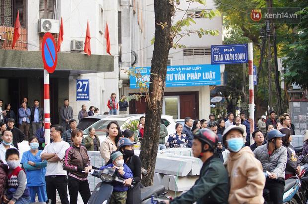 Hà Nội: Cháy dữ dội tầng thượng căn nhà mặt phố Thi Sách, người dân phố cổ hoảng loạn tháo chạy - Ảnh 10.