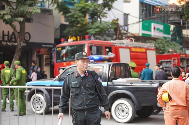 Hà Nội: Cháy dữ dội tầng thượng căn nhà mặt phố Thi Sách, người dân phố cổ hoảng loạn tháo chạy - Ảnh 11.