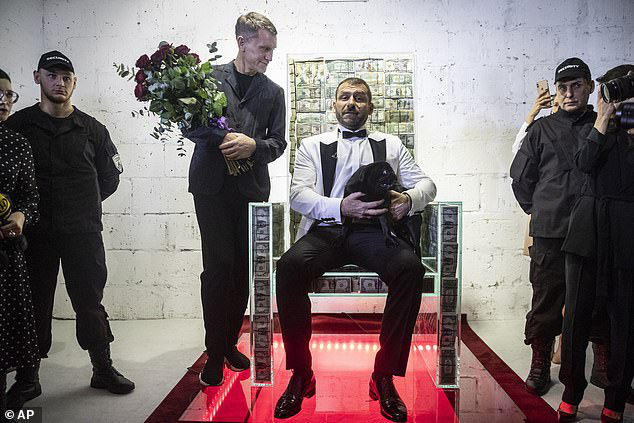 Chiếc ghế làm từ 1 triệu USD tiền mặt của tỷ phú Nga: Có 'siêu năng lực' biến người ngồi vào trở nên giàu có, truyền năng lượng gấp 10 lần bình thường? - Ảnh 2.