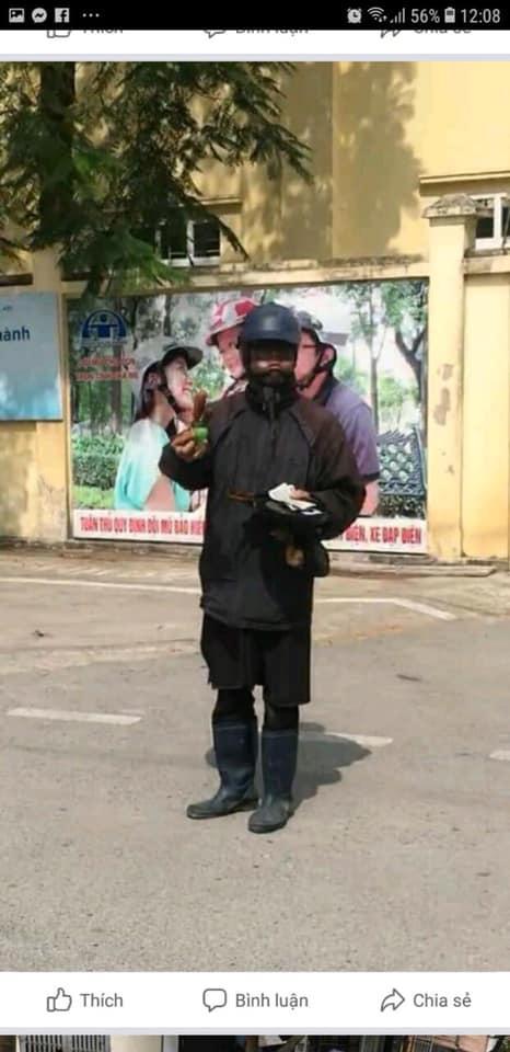 Hà Nội xuất hiện đối tượng mặc đồ đen cầm tiền lẻ và đồ chơi đứng trước cổng trường rất đáng nghi, phụ huynh hết sức cảnh giác - Ảnh 2.