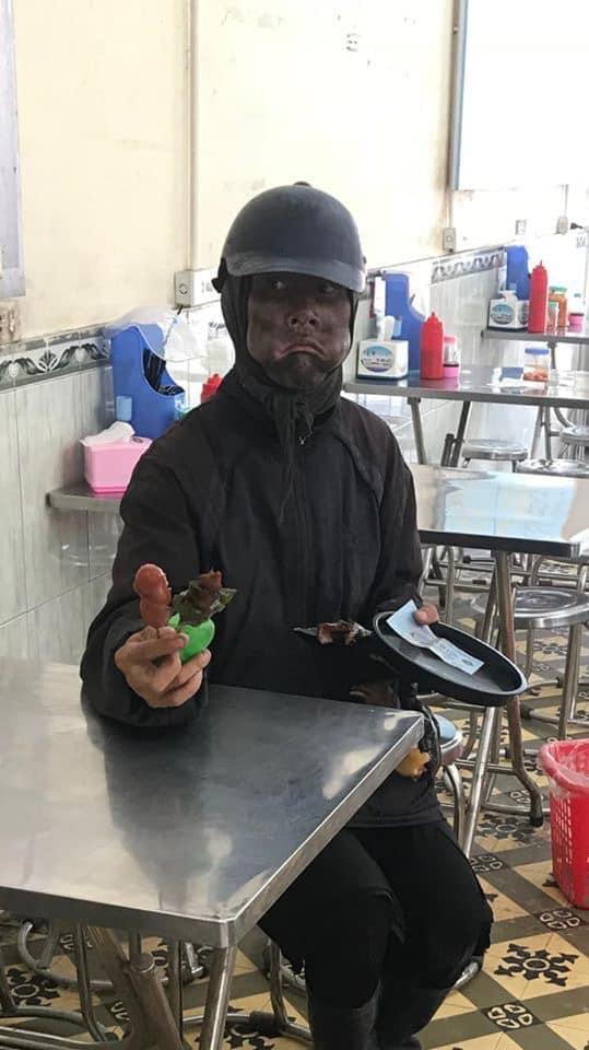Công an truy tìm người đàn ông mặt bôi đen, tay cầm đầu gà bí hiểm khiến dân Hà Nội xôn xao 2 ngày qua - Ảnh 1.