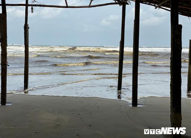 Cận cảnh biển Quảng Ngãi nhuốm màu đen nâu bất thường - Ảnh 2.