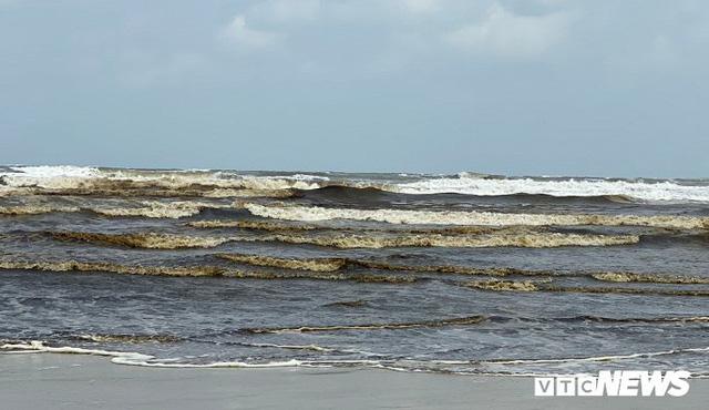 Cận cảnh biển Quảng Ngãi nhuốm màu đen nâu bất thường - Ảnh 3.