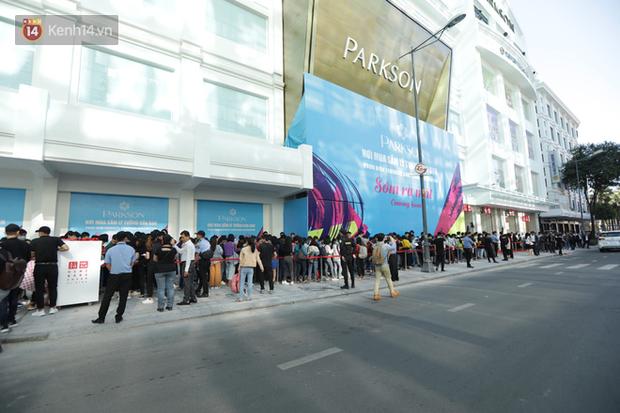 UNIQLO Đồng Khởi chính thức mở cửa, khách trung niên mua ác nhất - Ảnh 2.