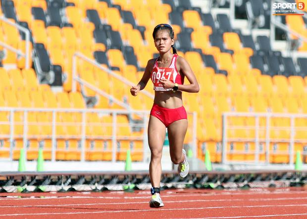 Xúc động hình ảnh nữ vận động viên marathon Việt Nam kiệt sức, không thể tự mặc quần dài lên nhận huy chương tại SEA Games 30 - Ảnh 1.