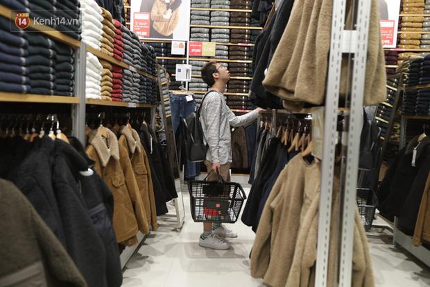 UNIQLO Đồng Khởi chính thức mở cửa, khách trung niên mua ác nhất - Ảnh 15.