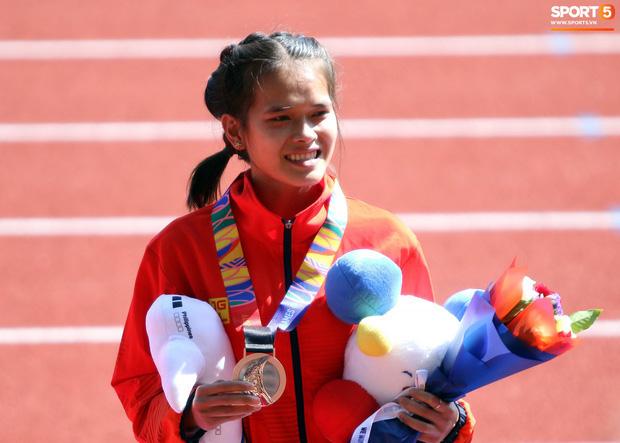 Xúc động hình ảnh nữ vận động viên marathon Việt Nam kiệt sức, không thể tự mặc quần dài lên nhận huy chương tại SEA Games 30 - Ảnh 3.