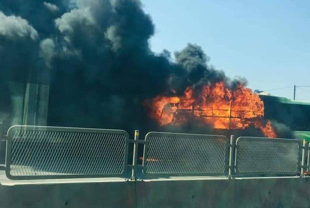 Xe giường nằm cháy dữ dội khi đang chạy, Quốc lộ 1A ách tắc nhiều giờ - Ảnh 3.