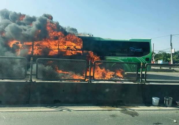 Xe giường nằm cháy dữ dội khi đang chạy, Quốc lộ 1A ách tắc nhiều giờ - Ảnh 4.