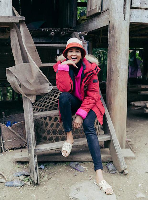 Chặng đường 2 năm đăng quang của HHen Niê: Nàng hậu sẵn sàng đi dép lê, lội ruộng, dung dị nhưng đầy cảm hứng - Ảnh 6.