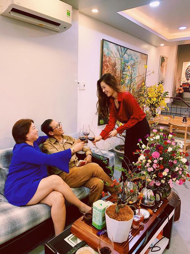 Gia thế không phải dạng vừa Khánh Vân - Tân Hoa hậu Hoàn vũ Việt Nam: Sở hữu căn hộ hoành tráng, du lịch sang chảnh chẳng kém cạnh ai! - Ảnh 2.