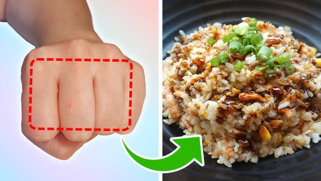 Mẹo đơn giản: Dùng bàn tay đo lượng thức ăn mỗi ngày, vừa khỏe mạnh lại tránh nguy cơ thừa cân, béo xấu xí - Ảnh 2.