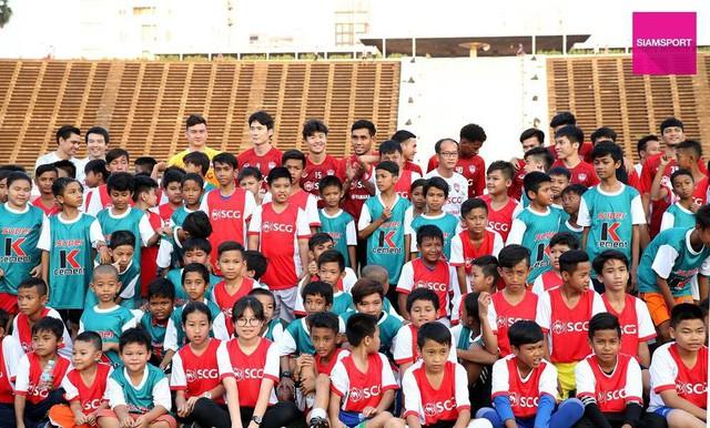 Văn Lâm tham gia hoạt động đầy ý nghĩa trên đất Campuchia - Ảnh 1.