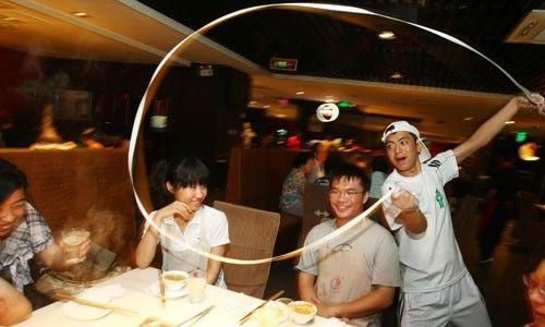 """Haidilao – Chuỗi nhà hàng làm """"điên đảo"""" thế giới: Mát xa và làm móng cho khách ngồi chờ, lao công làm tốt sẽ được lên quản lý! - Ảnh 6."""