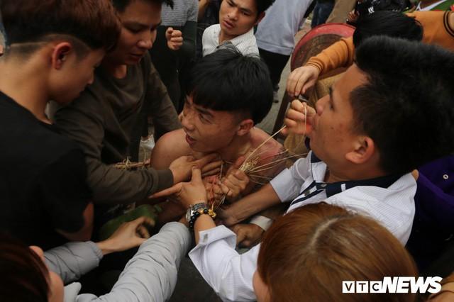 Ảnh: Hàng trăm thanh niên xâu xé, chen lấn cướp manh chiếu tại lễ hội Đúc Bụt - Ảnh 6.
