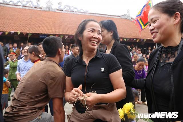 Ảnh: Hàng trăm thanh niên xâu xé, chen lấn cướp manh chiếu tại lễ hội Đúc Bụt - Ảnh 9.