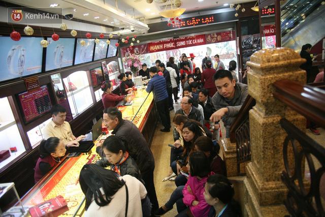 Chưa tới ngày vía Thần tài nhưng người dân đã đổ xô đi mua vàng, cửa tiệm phục vụ cả ghế nhựa cho khách đỡ mỏi chân - Ảnh 1.