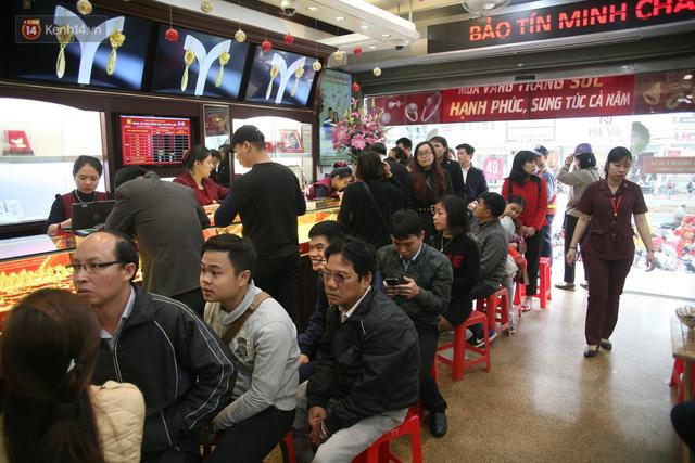 Chưa tới ngày vía Thần tài nhưng người dân đã đổ xô đi mua vàng, cửa tiệm phục vụ cả ghế nhựa cho khách đỡ mỏi chân - Ảnh 5.