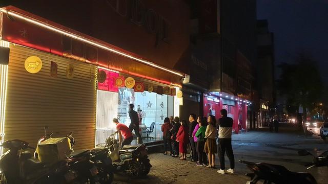 Người dân xếp hàng từ 5h sáng để mua vàng ngày Thần Tài  - Ảnh 1.