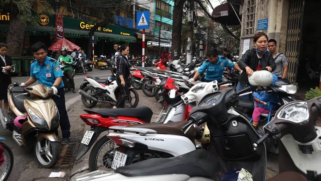 Trông xe hốt bạc ngày vía Thần Tài, 20.000 đồng/xe không có chỗ mà để - Ảnh 1.