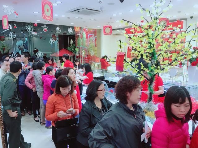 Người dân xếp hàng từ 5h sáng để mua vàng ngày Thần Tài  - Ảnh 3.