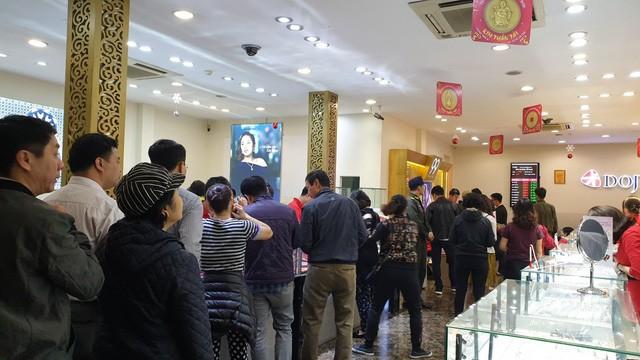 Người dân xếp hàng từ 5h sáng để mua vàng ngày Thần Tài  - Ảnh 4.