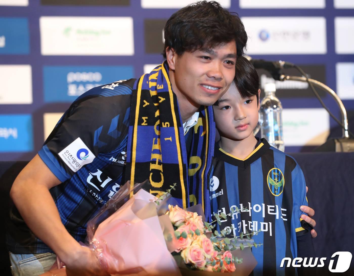 công phượng - photo 8 15501277154681039422742 - Công Phượng đầy nam tính và lịch lãm trong ngày ra mắt Incheon United