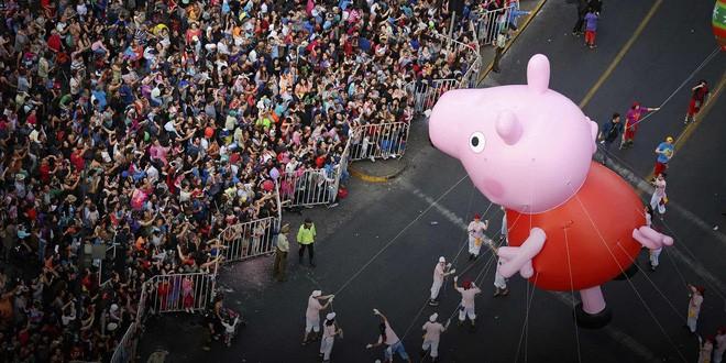 """peppa pig - 2 155031361221854371174 - Peppa Pig: chú lợn hồng làm mê đắm từ trẻ đến già, trở thành biểu tượng văn hóa tỷ đô sau 15 năm """"ụt ịt"""" khắp internet"""