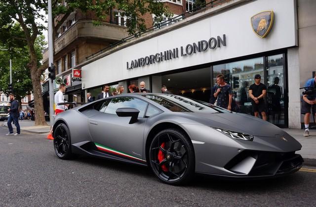 lamborghini - photo 1 15503709077451196586976 - Lời trần tình của nhân viên bán Lamborghini: 'Đừng đuổi một cậu bé 19 tuổi ra khỏi showroom'