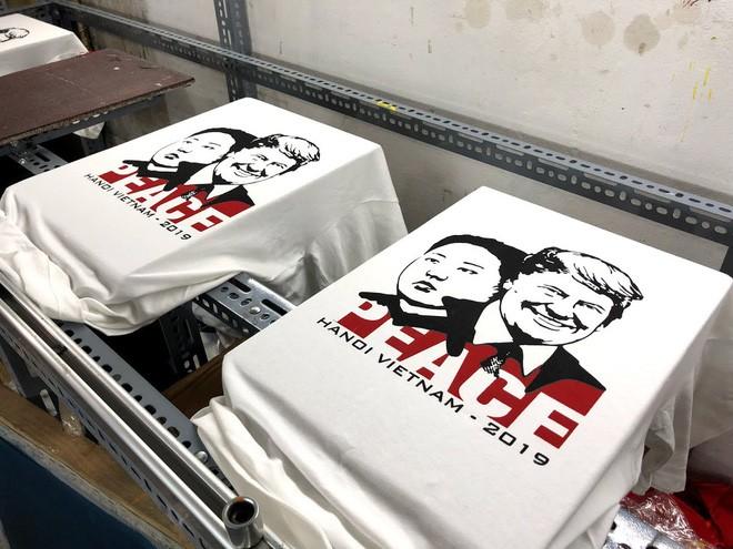 áo phông in hình ông donald trump và ông kim jong un - photo 1 1550798920340899100143 - Chủ quán phố cổ bất ngờ hốt bạc từ áo phông in hình ông Donald Trump và ông Kim Jong Un