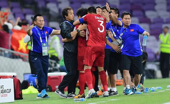 """- photo 1 15508185865441852024644 - Phỏng vấn trợ lý Lee Young-jin trên báo Hàn Quốc: """"Tuyển Việt Nam còn thiếu sức mạnh, yếu tranh chấp, cần tăng thêm mỗi người vài cân"""""""