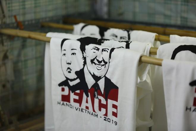áo phông in hình ông donald trump và ông kim jong un - photo 6 1550798923437934467407 - Chủ quán phố cổ bất ngờ hốt bạc từ áo phông in hình ông Donald Trump và ông Kim Jong Un