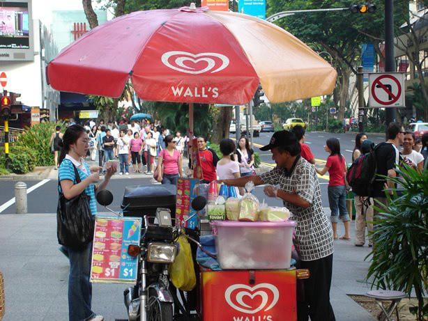 Bộ du lịch Singapore quảng cáo bánh kem gập để cạnh tranh với Samsung Galaxy Fold, giá hấp dẫn chỉ $1 - Ảnh 1.