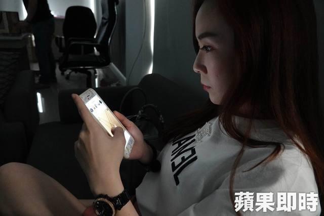 Cô gái trẻ 25 tuổi vô tình làm hỏng đôi mắt của mình trong 2 năm vì thường xuyên nhìn màn hình điện thoại kiểu này - Ảnh 1.