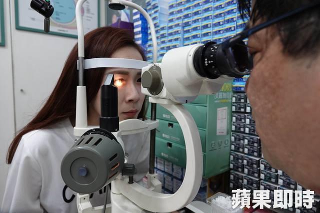 Cô gái trẻ 25 tuổi vô tình làm hỏng đôi mắt của mình trong 2 năm vì thường xuyên nhìn màn hình điện thoại kiểu này - Ảnh 3.