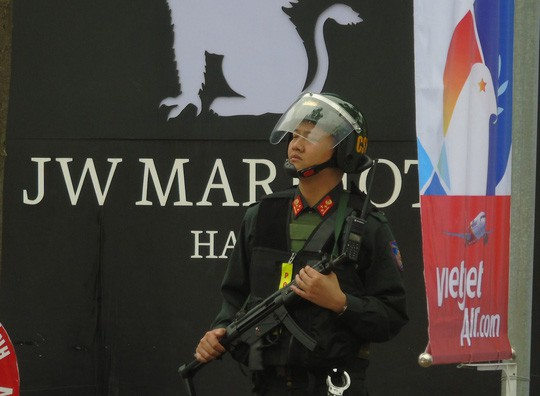 Thắt chặt an ninh khách sạn JW Marriott trước khi Tổng thống Donald Trump tới Hà Nội - Ảnh 1.