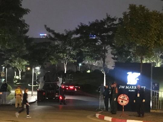 Đón Tổng thống Donald Trump: Xe quái thú rời khách sạn tới sân bay Nội Bài - Ảnh 2.