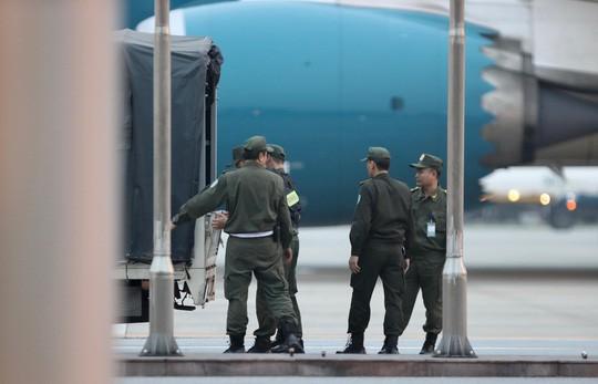 Đón Tổng thống Donald Trump: Xe quái thú rời khách sạn tới sân bay Nội Bài - Ảnh 4.