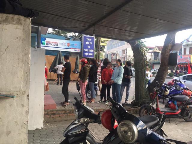 Khổ như đi rút tiền ngày Tết: Chạy xe vài km tìm cây ATM, mang theo cả ghế nhựa ngồi xếp hàng chờ đến lượt - Ảnh 2.