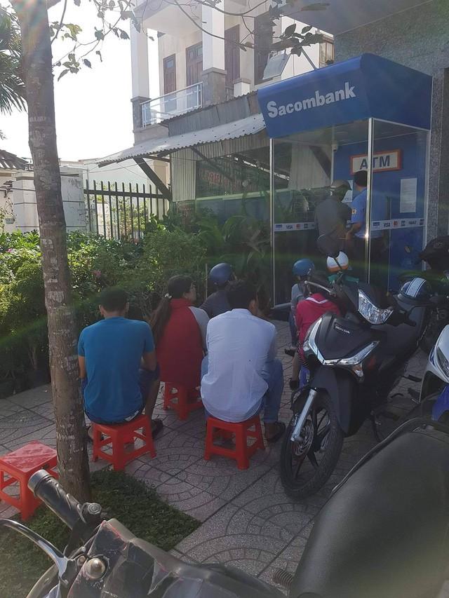 Khổ như đi rút tiền ngày Tết: Chạy xe vài km tìm cây ATM, mang theo cả ghế nhựa ngồi xếp hàng chờ đến lượt - Ảnh 4.