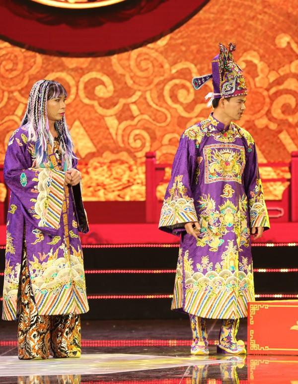 Bị phản ánh cố tình châm biếm Vua cà phê Đặng Lê Nguyên Vũ, nhà thiết kế trang phục Táo quân nói gì? - Ảnh 2.