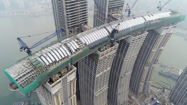 Khu tổ hợp với cao ốc nằm ngang của Trung Quốc sắp xây xong - Ảnh 1.
