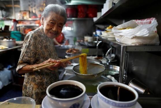 Cụ bà Singapore và những bát mỳ duy trì văn hóa ẩm thực - Ảnh 1.