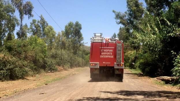 [NÓNG] Hình ảnh đầu tiên từ hiện trường vụ rơi máy bay thảm khốc ở Ethiopia: Tất cả đều cháy rụi - Ảnh 3.