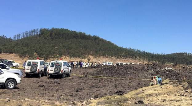 Hiện trường rơi máy bay thảm khốc ở Ethiopia: Thi thể nạn nhân la liệt, khung cảnh tang thương đầy ám ảnh - Ảnh 1.