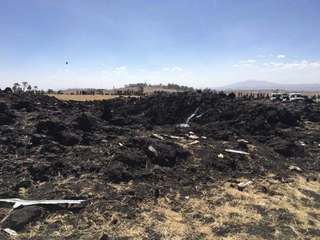 Hiện trường rơi máy bay thảm khốc ở Ethiopia: Thi thể nạn nhân la liệt, khung cảnh tang thương đầy ám ảnh - Ảnh 2.