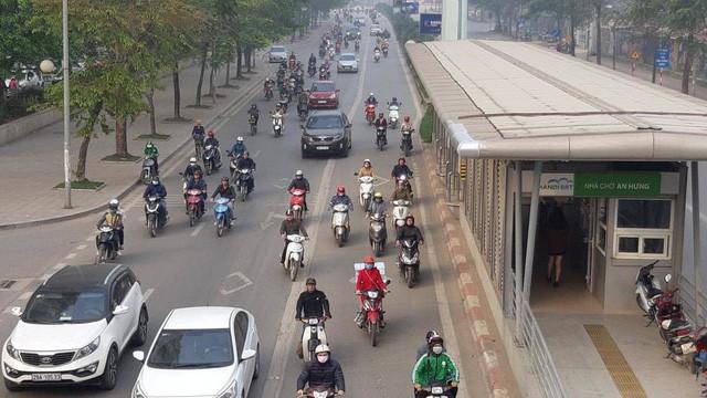 Buýt BRT bị bủa vây bởi phương tiện cá nhân trên đường dự kiến cấm xe máy  - Ảnh 7.
