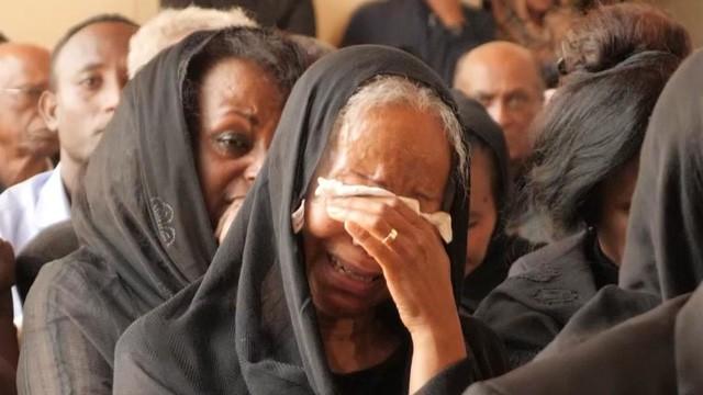 Nước mắt hoà chung sự phẫn nộ trong đám tang của phi công Ethiopian Airlines xấu số - Ảnh 2.