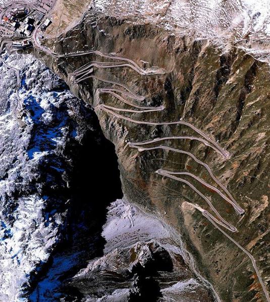 Chùm ảnh: 10 cung đường đẹp nức tiếng thế giới mà dân phượt đã đi là không muốn trở về - Ảnh 3.