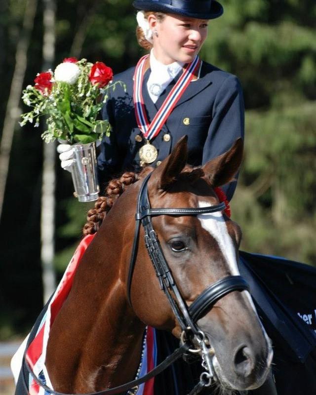 Cuộc sống khác lạ của nữ tỷ phú trẻ nhất thế giới: Sinh ra đã giàu nhưng không thích kiếm tiền, chỉ thích làm từ thiện và có niềm đam mê bất tận với cưỡi ngựa - Ảnh 12.